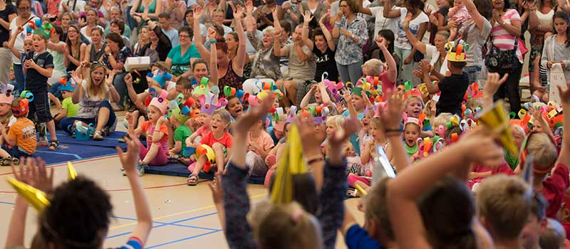 met de hele school een cultuureducatie voorstelling spelen voor ouders in de gymzaal in het thema van de kinderboekenweek